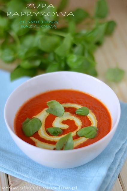 Zupa z czerwonej pieczonej papryki z bazyliową śmietaną, Red bell pepper soup with basil cream