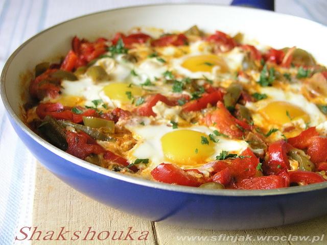 Shakshouka z papryką i pomidorami