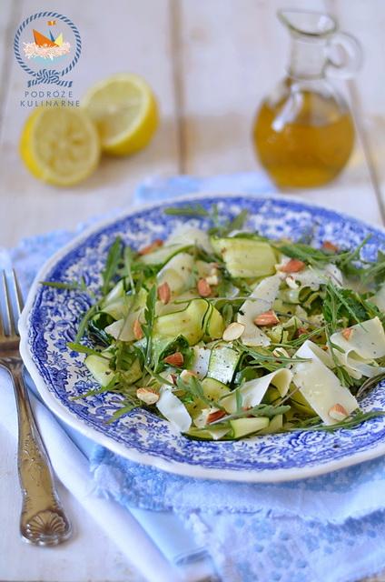 Sałatka ze struganej cukinii z migdałami i serem, Shaved zucchini salad with almonds and asiago