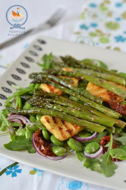 Ciepła sałatka z halloumi, szparagów i bobu z sosem chipotle, Warm halloumi, asparagus and broad bean salad with chipotle dressing