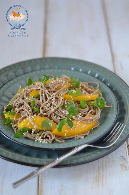 Sałatka z makaronu soba, mango i rukwi wodnej, Soba noodles, mango and watercress salad