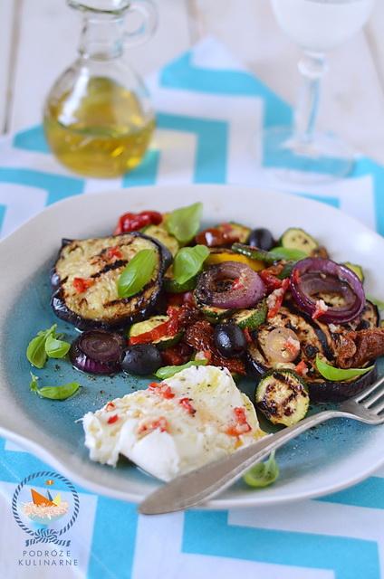 Sałatka z grillowanych bakłażanów, cukini i papryki z pomidorami, Grilled eggplant, zucchini, pepper and dried tomatoes salad