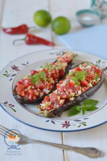 Bakłażany z sałatką pomidorowo-paprykowo—fistaszkową, Eggplant with tomato, pepper and peanut salad