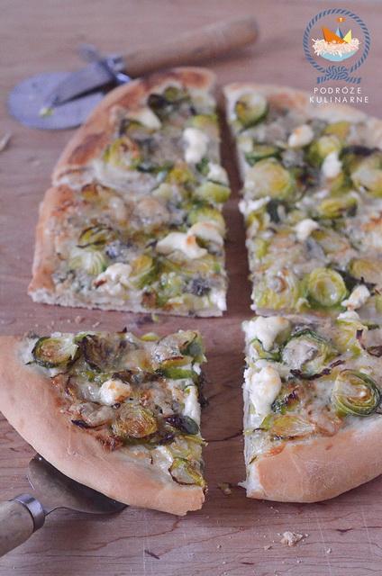 Pizza z brukselką i serem pleśniowym