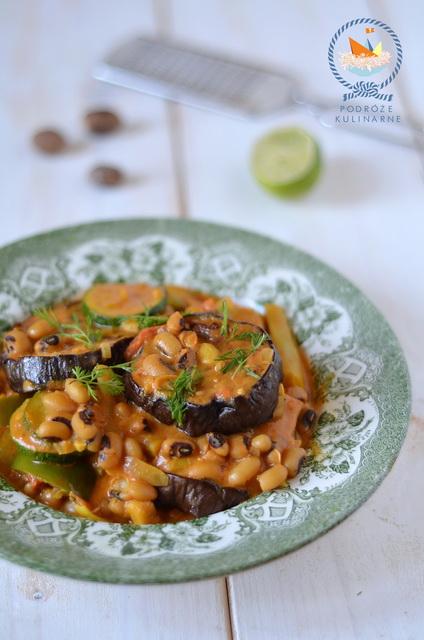 Fasola czarne oczko, bakłażany, fasolka szparagowa i papryka w sosie kokosowo-pomidorowym, Black-eyed peas aubergines, green beans & peppers in chilli coconut & thyme