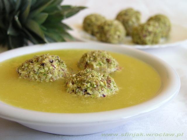 Zupa ananasowa z pistacjowymi kulkami